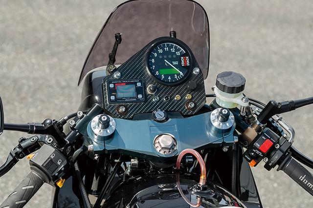 画像: メーターはオリジナルのカーボンプレートにスタックメーターをマウントする。フロントマスターシリンダー/クラッチホルダーはゲイルスピードをチョイスした。