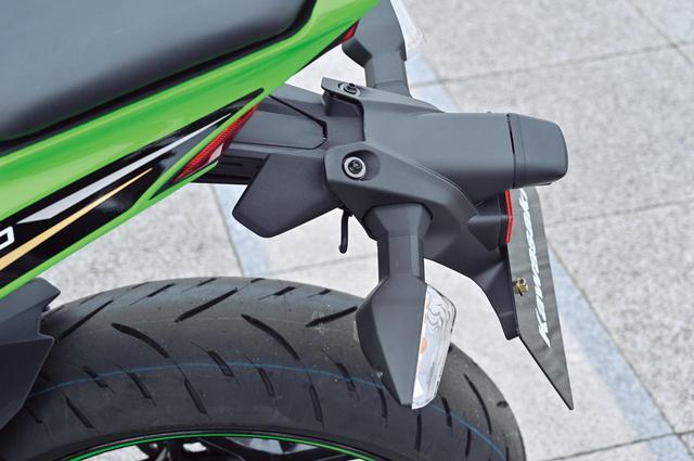 画像: リアのナンバーステーはフラップタイプ。サーキット走行時にすぐ外せるよう、2本のボルトで固定されている。