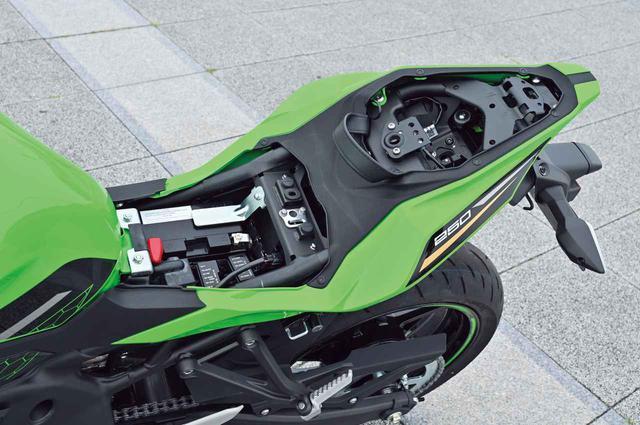 画像: タンデムシート下のワイヤーで、ライダー側のシートも容易に着脱可能。ETC車載器はアクセサリーで用意される。