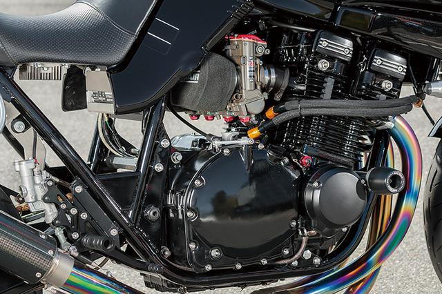 画像: エンジンは1075→1135cc化し1135R同様の取り回しでオイルクーラーへのラインを引く。ウインカー位置も1135R同様の位置としている。フレームは17インチ対応で、これも1135Rに準じた補強が入る。スイングアームピボット上はプレートでなくボックス状補強が入るのだ。