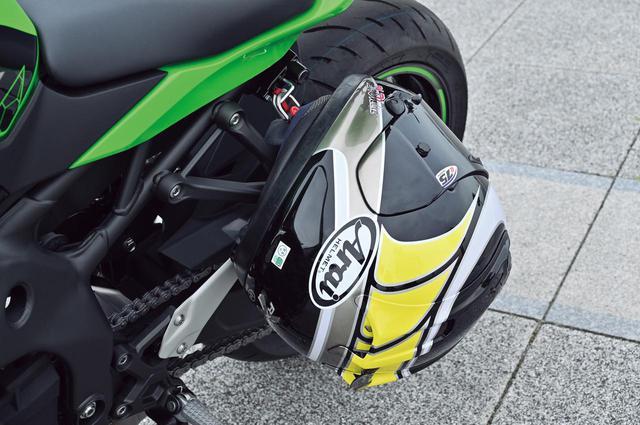 画像: 国内仕様は左側のタンデムステップステー付近にヘルメットホルダーを設置。こうした装備は非常に便利。