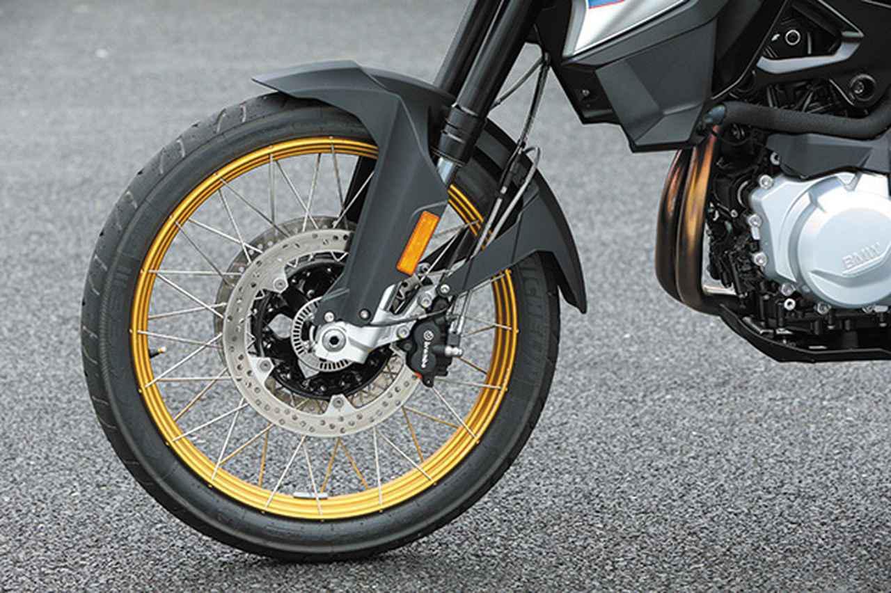 画像: ストローク量230㎜の倒立フォークや21インチ径のクロススポークホイールは、オフロード走行も想定して選択されている。