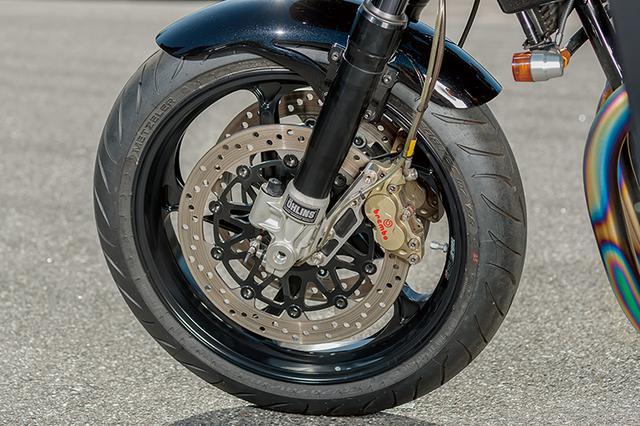 画像: フロントはφ43mmのオーリンズフォークをナイトロレーシングのスカルプチャー(フォークオフセット50→37mm)ステムでクランプしてある。