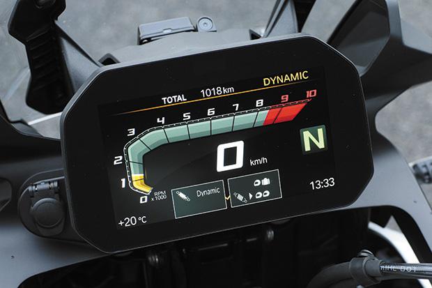 画像: 6.5インチTFTカラー液晶メーターは多機能に加えて昼夜問わず視認性に優れる。左グリップのコントローラーで各種設定を行う。