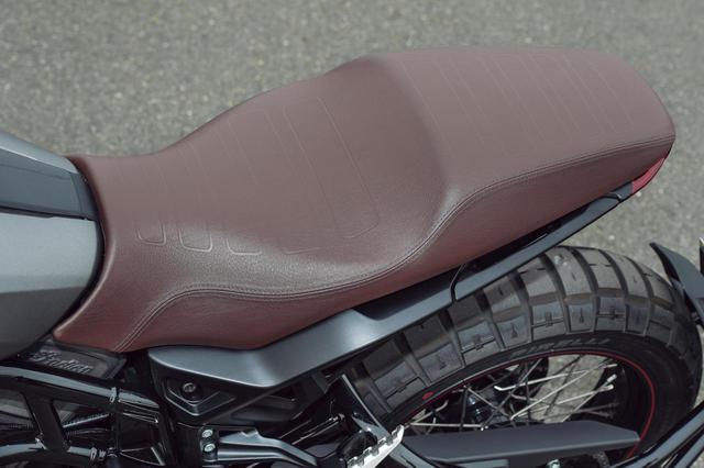 画像: レトロなカラー&スタイルながら、快適な乗り心地を実現したアヴィエーターシートを装着してツアラー的な用途にも対応。軽快なハンドリングを実現するために、燃料タンクをシート下に配置して重心を下げる構造はそのまま受け継がれている。