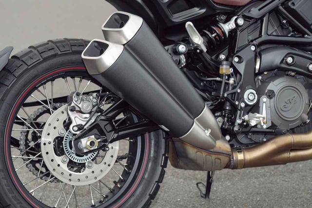 画像: 2-1-2レイアウトの排気系。跳ね上げられた右側2本出しのサイレンサーも、やはり軽快な走りのためにショートな形状。サイレンサーの手前には大容量のチャンバーが設けられていて、十分な消音性と共にVツインらしい歯切れの良い鼓動感を味わえる。リアのブレーキキャリパーもブレンボ製。