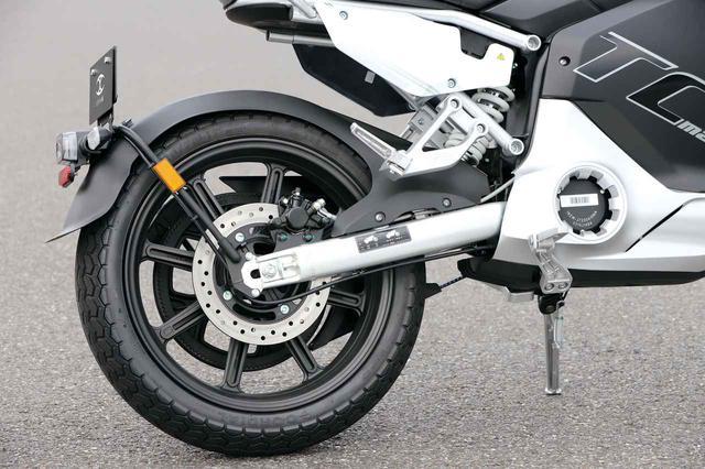 画像: ブレーキローターはフロント同様240㎜径。前後のタイヤは17インチで、中国のコーディアル社製のものを履く。