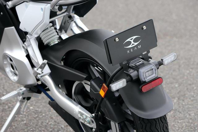 画像: テールカウルを短くしたため、LEDテールランプとウインカーはスイングアームマウントのフェンダー上に収まる。