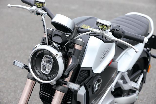 画像: シンプルなデザインのヘッドライト、ウインカーはLED。試乗がサーキットだったため、ミラーは外されている。