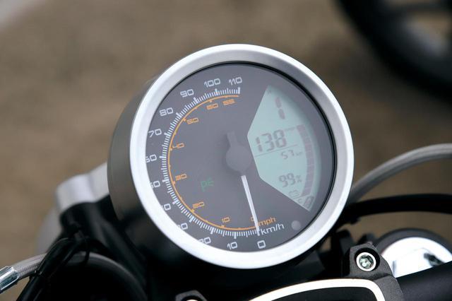 画像: LCDの液晶メーターは外側がキロ、内側がマイル表示。右側には電池残量と航続距離の表示、そして3段階のモードを表示する。