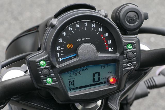 画像: アナログ式タコメーターと多機能表示の液晶デジタルモニターのコンビネーション。便利なギアポジションインジケーターも装備。