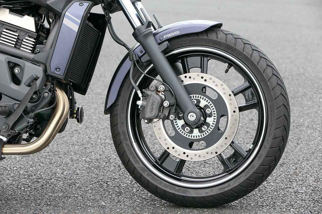 画像: 切削仕上げの上品な18インチホイールを採用。ブレーキは300㎜径ローターをおごり、このクラスとしては強力な制動力を確保。