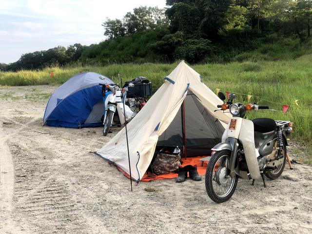 画像: 駐車場にテント設営。これまで体験したことないレベルで地面が固いので鍛造ペグと強いハンマー必須だぞ。