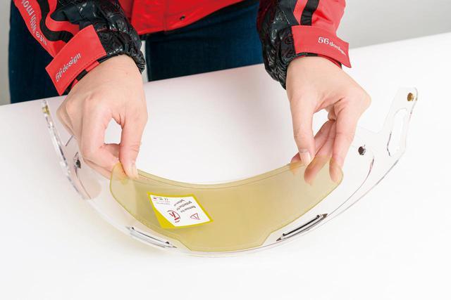 画像: シールド内側に重ね貼りするだけ。両面テープ止めではないので位置合わせ時に貼り直すこともできる。