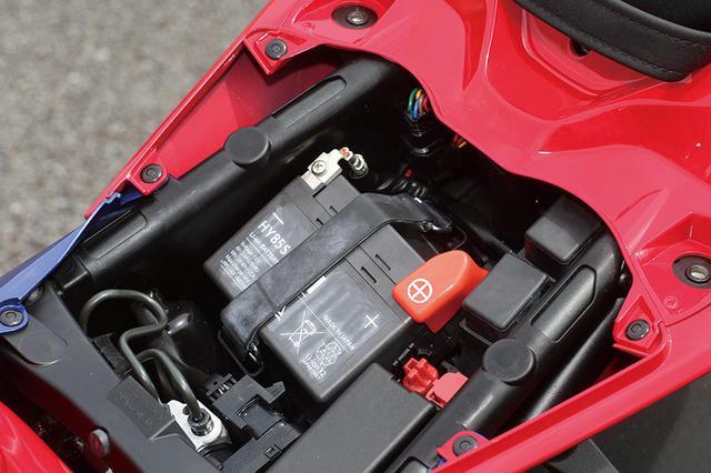 画像: バッテリーはエリーパワーのリチウムイオン。スペーサーをはさんでマウントする。