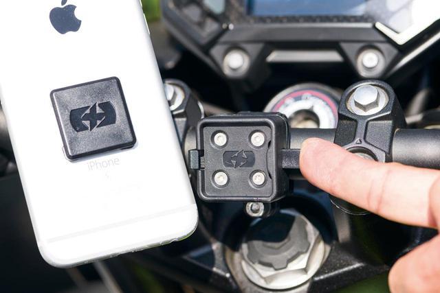 画像: ホルダーとアダプターが正方形なので縦にも横にもマウントできる。ロック解除はホルダー横のレバーを押し込むだけ。