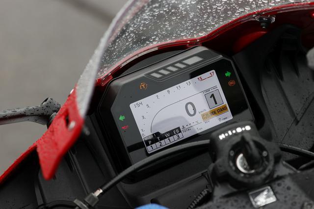 画像: 展示車両、メインスイッチONにしてもらいました! P=パワーモード T=トルクコントロール W=ウィリーコントロール EB=エンジンブレーキコントロールの文字が見えます!