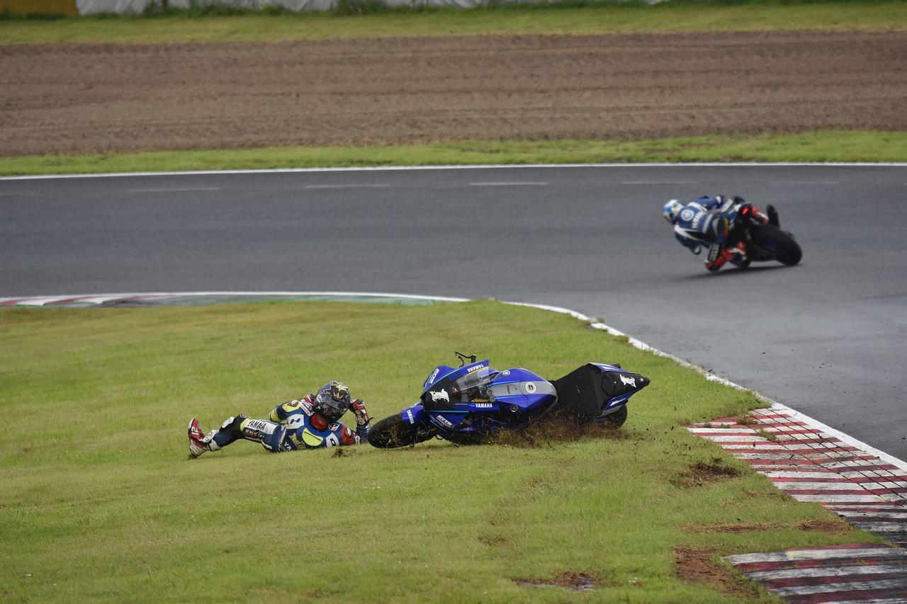 画像: 絶対王者の開幕戦は2周目の2コーナーで終わってしまいました 右肩をちょっと痛めたようです