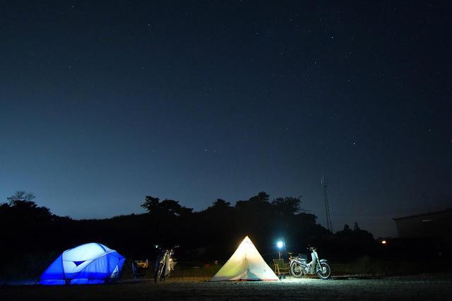 画像: オフロードコースを走ってキャンプ。スーパーカブ90とスーパーカブ110で「びじばいぱにっくJAM1」に参加するのだ。背割堤を通るツーリング移動編〈若林浩志のスーパー・カブカブ・ダイアリーズ Vol.27〉 - webオートバイ