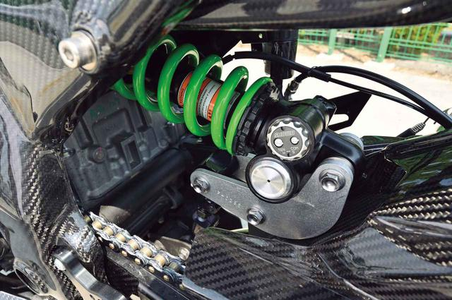画像: リアサスはZX-10R用の純正ショックを移植。リンクプレート下には車高調整用のロッドが備わっている。