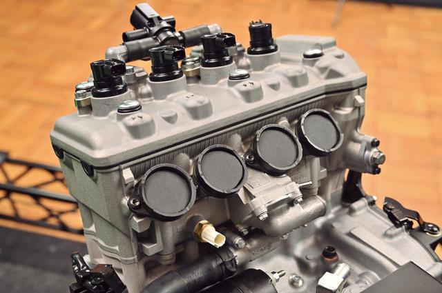 画像: スロットルボアは30φ。電子制御スロットルバルブを採用することにより、スムーズで自然なレスポンスを実現している。ECUはZH2と同タイプのものを採用する。