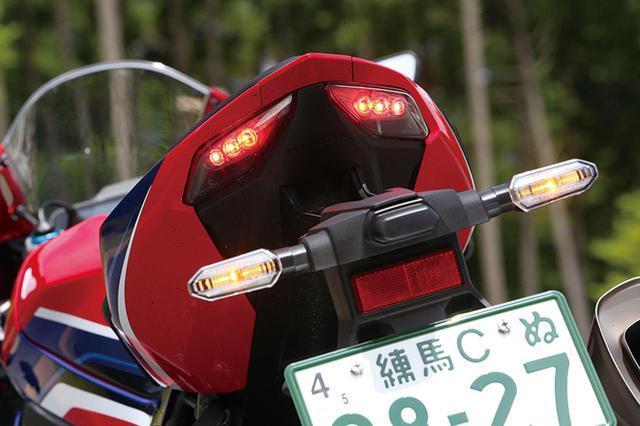画像: ナンバーステーは着脱可能な形状。LEDテールランプは最小限のサイズとされ、デザインより機能重視であることが見て取れる。