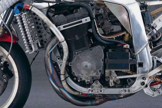 画像: マグネシウム製のジェネレーターカバーが特徴的なエンジン左サイド。ACジェネレーターを撤去したうえでスタータードリブンギアを小型化しているため、ケースカバーはSTDよりも浅い。さらに、対地角を稼ぐために、中央部のみ円錐形に盛り上がった形状としている。