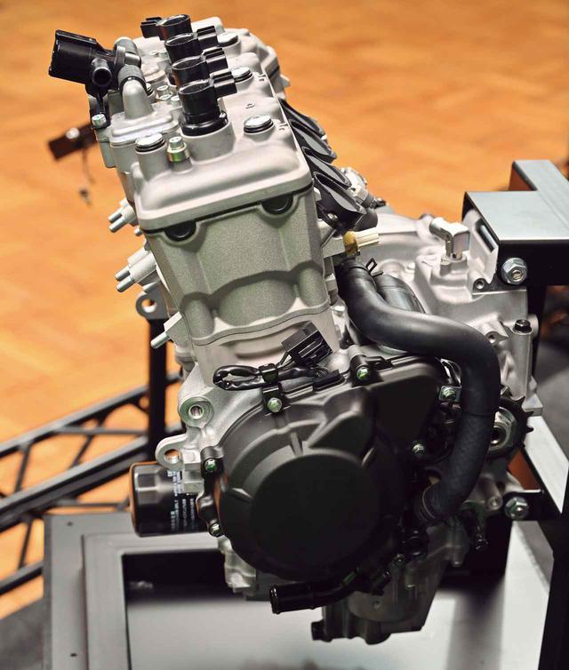 画像: シリンダーの傾斜角は少な目で、これによりエンジンの前後長も抑えている。バルブ挟み角は28度として、コンパクトな燃焼室による燃焼効率の向上を図っている。