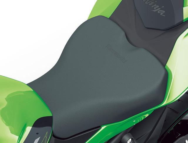 画像: スポーツシート スポーツライディング時に後輪のトラクションを容易に感じ取れる、固めのウレタンを採用したスポーツシート。