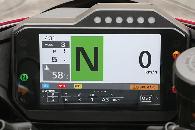画像: タコメーター表示をなくし、ギアポジションと速度を優先表示。市街地向き。