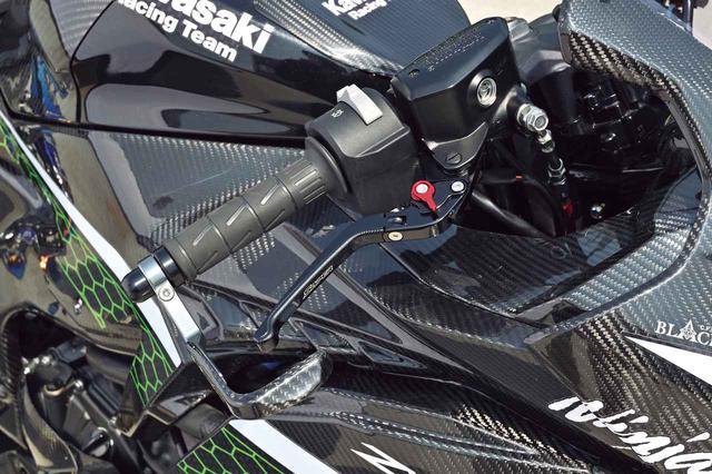 画像: 調整可能なブレーキレバーはスナイパーブランドのもの。カーボン製のブレーキレバーガードがレーシングイメージを高める。