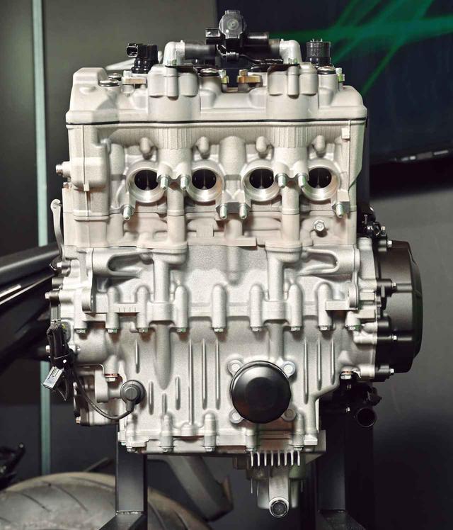 画像: 正面から見ると、4気筒ながら非常にコンパクトだ。アルミダイキャストシリンダーはオープンデッキ設計で軽量化にも貢献。