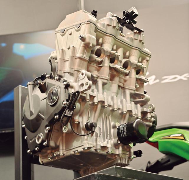 画像: オイルパンに冷却フィンを設けるなど、冷却効率も入念に工夫。アシスト&スリッパークラッチも標準装備している。