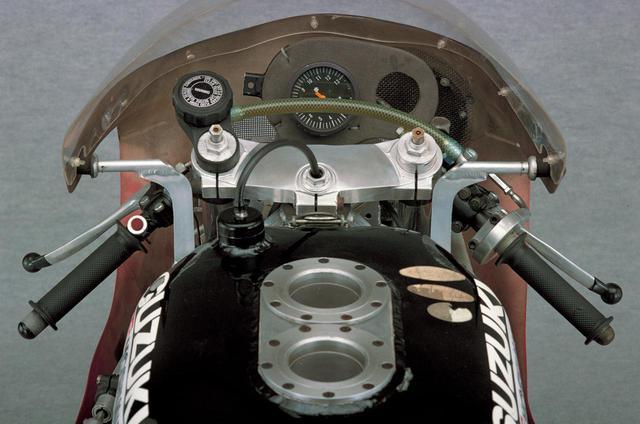 画像: フォークトップにはプリロード調整機構とエアバルブが付く。上下ブラケットは削り出し。内側は軽量化のために肉抜きされている。
