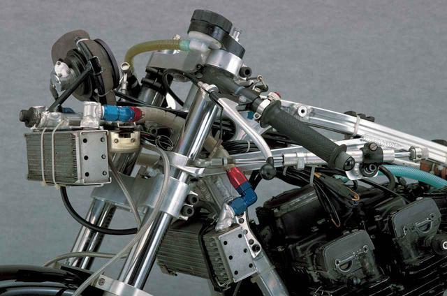 画像: 10段のオイルクーラーをカウル部とフレーム部に装備する。