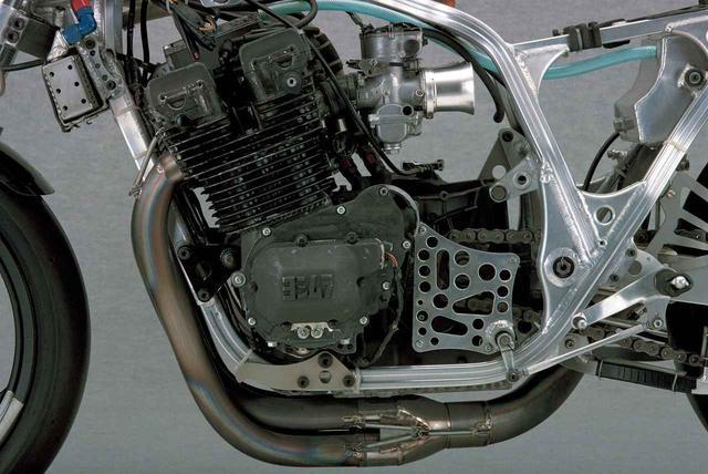 画像: エンジンは1000㏄までというTT-F1規則によってGSX1000Sカタナがベースだ。このGSX4バルブを使って2年目。「上のパワーはあったけれどエンジンが重かった」と浅川さん。鈴鹿はこの年から高速すぎる最終コーナーにシケインを設けた。「シケインができてから83年型は低中速での立ち上がり性能を重視した。それでも耐久用で150㎰。スプリント用なら160㎰は出る!」と当時オヤジさんは言っていた。カムは鈴鹿専用。なお、このマシンはスターターやヘッドライトが外されたスプリント仕様となっているが、本体は8耐に仕様された車両である。