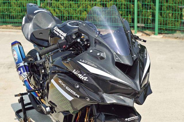 画像: レーシングフルカウルはA-TECHの綾織りドライカーボン「ブラックダイヤモンド」。シルエットはノーマルとなっている。