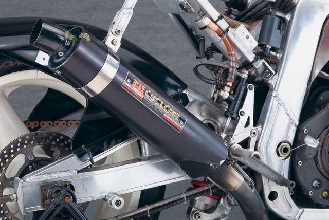 画像: サイレンサーには、耐久性重視のアルミ製と軽量化重視のカーボンFRP製の2種類があったが、8耐本番でもカーボンFRP製を使用。
