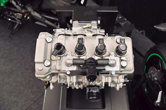 画像: プラグはロングリーチタイプ。ウォータージャケットの配置を効率的に行え、エンジンの冷却性能をアップさせている。
