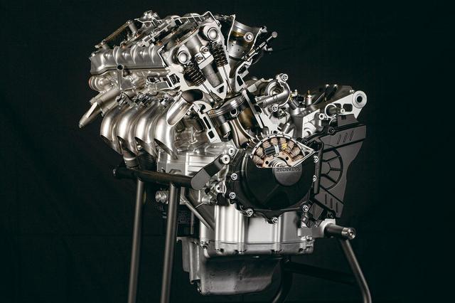 画像: RC213Vと同じ、ボア81㎜、ストローク48.5㎜という、超オーバースクエアな設定のエンジン。コンパクトな燃焼室を実現し、パワーはホンダ直4最強の218PSを発揮する。