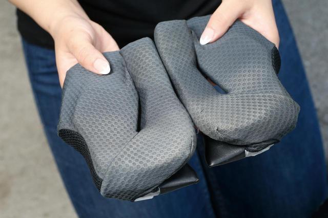 画像: チーク(頬)パッドには皮脂、汗、排気ガスのほか、女性の場合はファンデーションも付着する。このケアは外して丸洗いが一番。