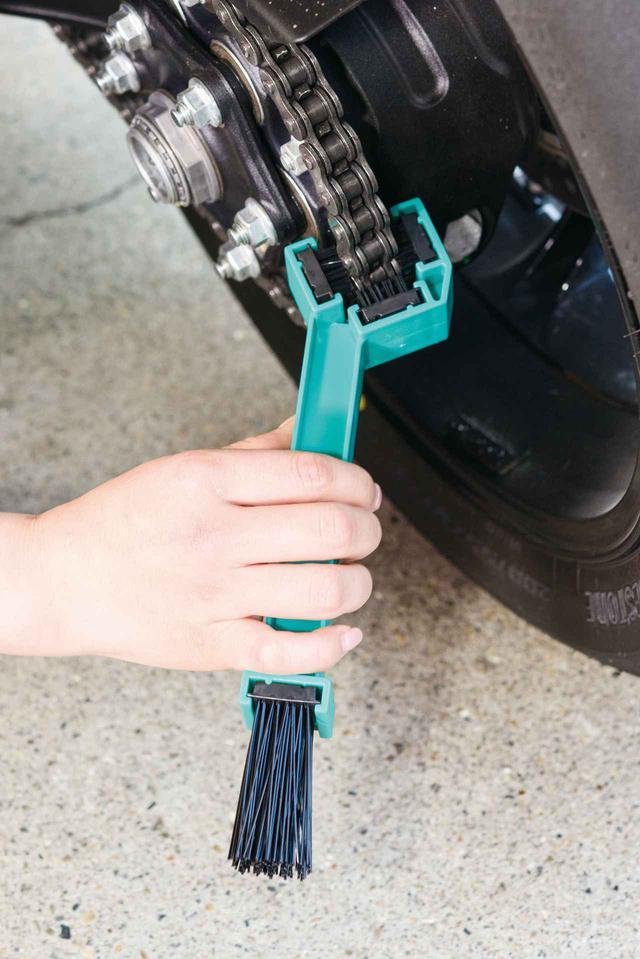 画像: デイトナの専用チェーンブラシを使えば3面を同時に洗浄できるので作業時間を短縮できる。実際はスイングアーム下側に当てると作業しやすい。