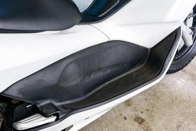 画像: 作業前 モデル車は約10年落ちのホンダPCX。ステップボード全体が白ボケし、靴による傷も目立つ。メラミンスポンジでの擦り、ケミカル剤塗布、塗装の3ステップで復活を試みた。