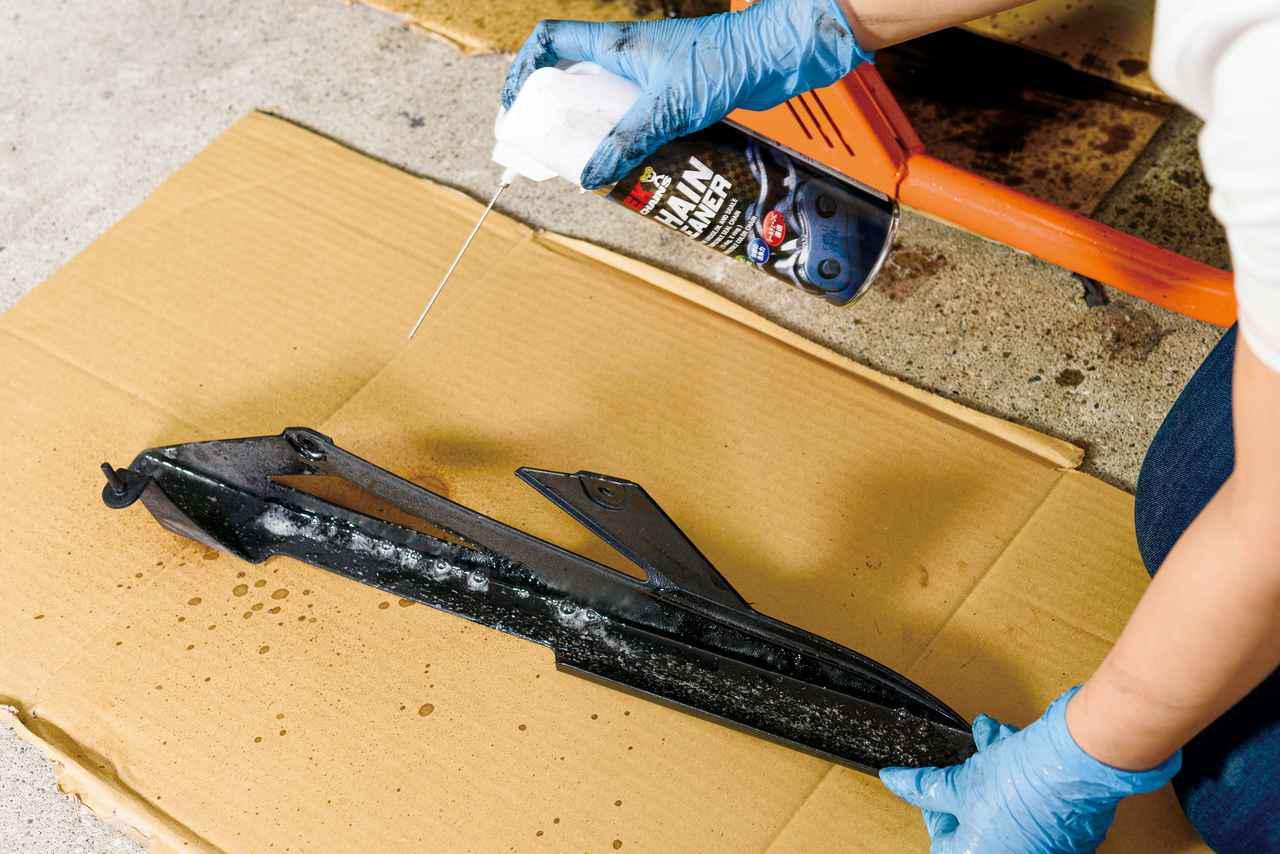 画像: チェーンクリーナーを拭くと汚れを落としやすい。