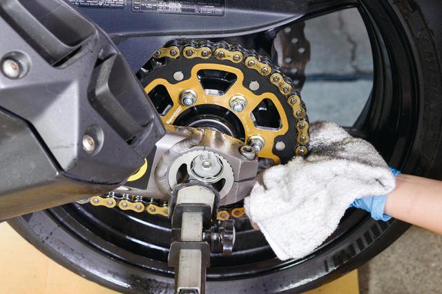 画像: 再度クリーナーを吹いて汚れを洗い流し、ウエスで残ったクリーナーと汚れを拭き取る。クリーナーは揮発しにくいので念入りに拭くこと。