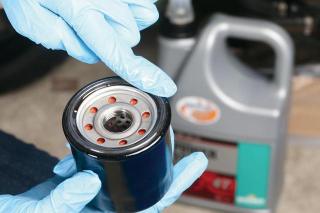 画像: 新しいフィルターのOリングにオイルを塗る