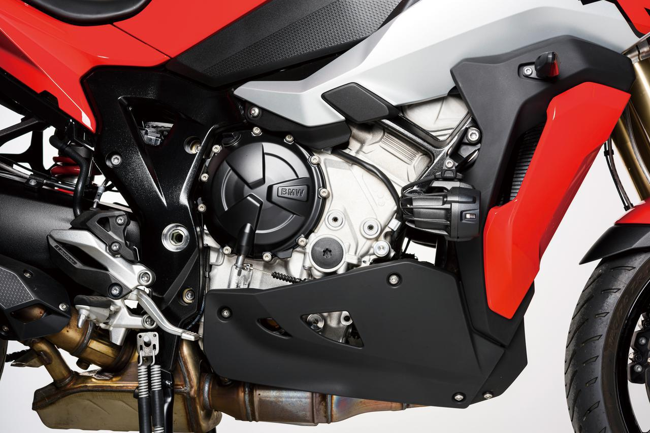 画像: 現行のS1000RR用をベースに開発された水冷並列4気筒エンジンは、単体重量も従来モデルより5㎏軽量化。中低速重視のパワー特性のために、RRでは採用された可変バルブ機構のシフトカムは採用されていないが、それでも最高出力165PSという充分に強力なエンジンだ。さらに高速巡航での快適性をアップするために、ミッションは4~6速のギヤレシオを高速寄りに変更している。