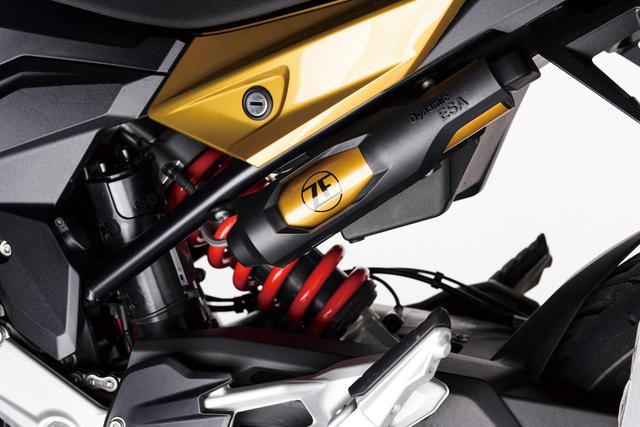 画像: リンクレス構造のリアサスもフロントフォークと同様、F900Rよりも30㎜長いストローク量となっている。写真の車両はプレミアムラインのため、電子制御サスペンションのダイナミックESAが装備されていて、ライディングモードとの連動でセッティングが自動的に最適化される。