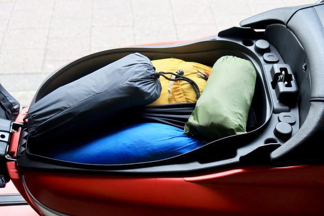 画像: まずはシート下ラゲッジ。ここにはキャンプ場まで出さないものを入れました。テント本体、ペグ、シュラフ、マット、グランドシートが入っています。 ただ、ジャンゴのシートは前後独立式なので、リアシートに荷物を積んでも空けられるんですよね。だからどこに何を入れるとか、考えなくてもOK! フルフェイスヘルメットも、ものにより入ります。
