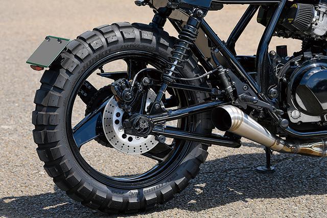 画像: トラス形状のスイングアームはZRX-Ⅱの純正をブラックアウトした上で装着。足まわりではリヤショックのみをブラックのYSSに換装している。